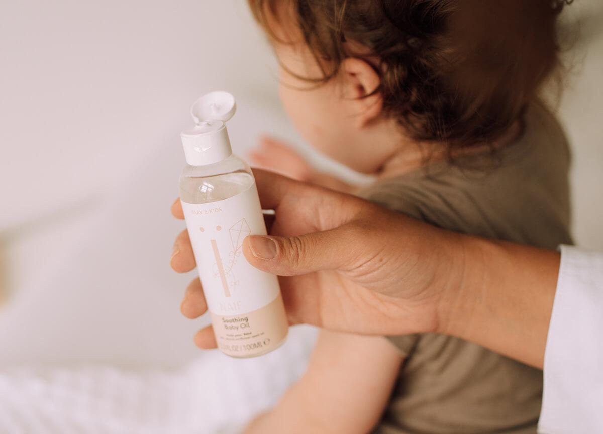 Varne sestavine omogočajo brezskrbno uporabo masažnega olja pri najmlajših družinskih članih
